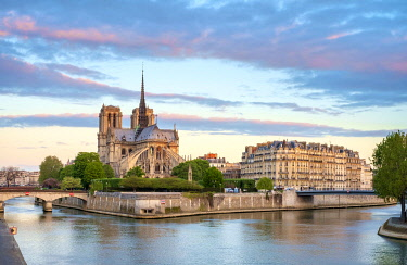 FRA11385AWRF Notre Dame Cathedral on the banks of the Seine River at sunrise, Paris, Île-de-France, France