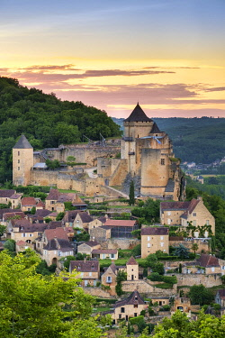FRA11390AWRF Chateau de Castelnaud castle and village over Dordogne River valley at sunset, Castelnaud-la-Chapelle, Dordogne Department, Aquitaine, France