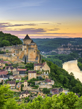 FRA11391AWRF Chateau de Castelnaud castle and village over Dordogne River valley at sunset, Castelnaud-la-Chapelle, Dordogne Department, Aquitaine, France