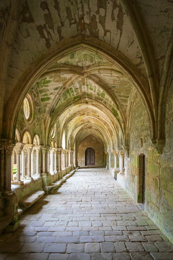 FRA11136AW Romanesque cloisters at Abbaye de Fontfroide, Aude Department, Languedoc-Roussillon, France.