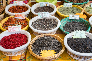 FRA11149AW Spices for sale at a French farmer's market on Place des Prêcheurs, Aix-en-Provence, Bouches-du-Rhône, Provence-Alpes-Côte d'Azur, France.