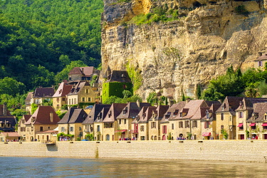 FRA11267AW Rows of old stone houses along Dordogne River in late afternoon, La Roque-Gageac, Dordogne Department, Aquitaine, France
