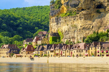 FRA11269AW Rows of old stone houses along Dordogne River in late afternoon, La Roque-Gageac, Dordogne Department, Aquitaine, France