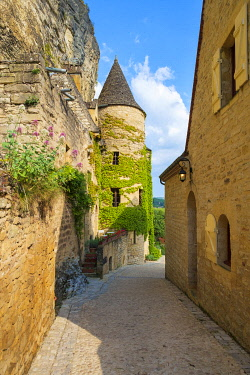 FRA11270AW Small alleyway and stone tower in La Roque-Gageac, Dordogne Department, Aquitaine, France