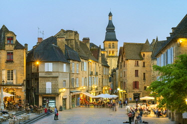 FRA11275AW Place de la Liberté and tower of Cathédrale Saint-Sacerdos at dusk, Sarlat-la-Canéda, Dordogne Department, Aquitaine, France