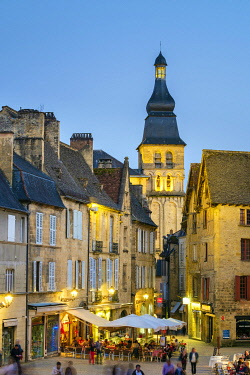 FRA11276AW Place de la Liberté and tower of Cathédrale Saint-Sacerdos at dusk, Sarlat-la-Canéda, Dordogne Department, Aquitaine, France
