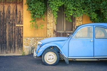 FRA11295AW Vintage blue Citroën 2cv parked in front of a house in Castellet, Vaucluse, Provence-Alpes-Côte-d'Azur, France