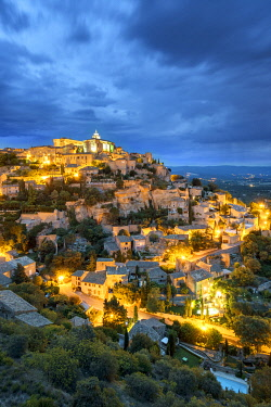 FRA11298AW Hilltop town of Gordes at night, Vaucluse, Provence-Alpes-Côte d'Azur, France