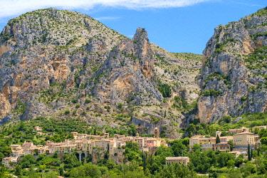 FRA11323AW Town of Moustiers-Sainte-Marie at the entrance of the Gorge du Verdon, Alpes-de-Haute-Provence, Provence-Alpes-Côte d'Azur, France