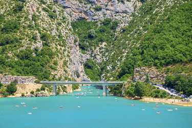 FRA11329AW Bridge over Lac de Sainte-Croix at the entrance of the Gorge du Verdon, Var/Alpes-de-Haute-Provence, Provence-Alpes-Côte d'Azur, France