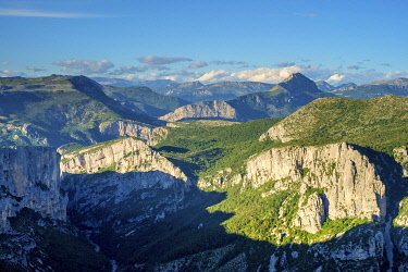 FRA11333AW Rugged mountainous landscape in Gorges du Verdon, Alpes-de-Haute-Provence, Provence-Alpes-Côte d'Azur, France