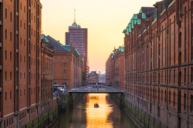 GER11816AWRF Brooksfleet canal in Speicherstadt warehouse district in late afternoon, HafenCity, Hamburg, Germany