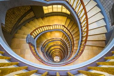 GER11778AW Spiral staircase inside Ballinhaus ( Meßberghof) office building built in 1924, Kontorhausviertel, Hamburg Altstadt, Hamburg, Germany