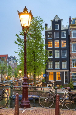 NLD979AW Lamp post on the Herengracht at the intersection with the Brouwersgracht at dusk, Amsterdam, North Holland, Netherlands