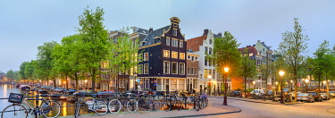 NLD984AW Corner of Prinsengracht and Blauwburgwal at night, Amsterdam, North Holland, Netherlands