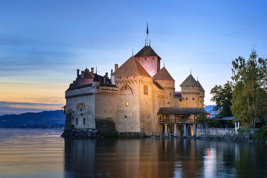 SWI8381AWRF Chateau de Chillon on the shores of Lake Geneva (French: Lac Léman) after sunset, Veytaux, Vaud Canton, Switzerland.
