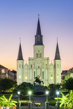 USA14491AWRF United States, Louisiana, New Orleans, French Quarter. Jackson Square and St. Louis Cathedral at dusk.