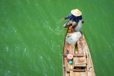 VIT1686AW Vietnamese man fishing on the Thu Bon River, Quang Nam Province, Vietnam