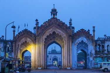 IN08328 India, Uttar Pradesh, Lucknow, Gate in the old city