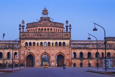 IN08377 India, Uttar Pradesh, Lucknow, Rumi Darwaza