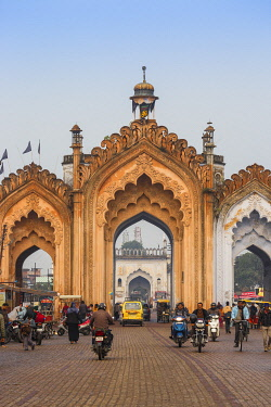 IN08438 India, Uttar Pradesh, Lucknow, Gate in the old city