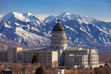 US45BJN0041 Utah State Capitol Building and the mountains of the Wasatch Range beyond, Salt Lake City, Utah, USA
