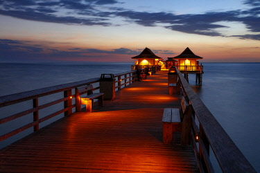 US10BJN0269 The Naples Pier at twilight overlooking the Gulf of Mexico, Naples, Florida, USA