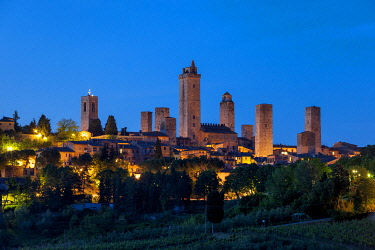 EU16BJN0782 Twilight over the towers and medieval town of San Gimignano, Tuscany, Italy