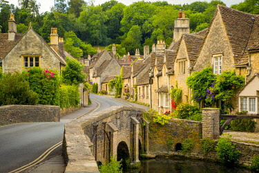 EU33BJN0580 The Street and bridge over By Brook and village of Castle Combe, Wiltshire, England, UK