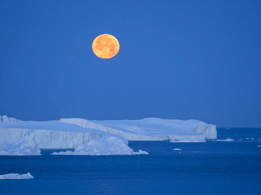 GR01MZW0718 Full Moon. Ilulissat Icefjord, a UNESCO World Heritage Site, also called kangia or Ilulissat Kangerlua at Disko Bay. Greenland, Denmark