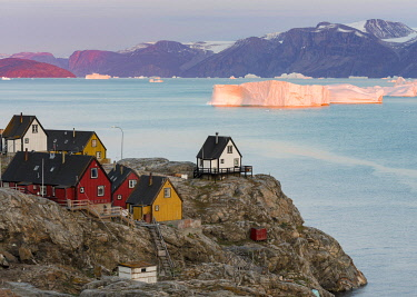 GR01MZW0797 Small town of Uummannaq and glaciated Nuussuaq Peninsula in the background. Greenland, Denmark