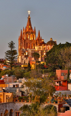 SA13DGU0020 San Miguel De Allende, Mexico. Ornate Parroquia de San Miguel Archangel with city overview