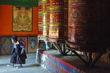 AS07KSU2289 Pilgrims with prayer wheels, Aba Guanyin Temple, Ngawa Tibetan and Qiang Autonomous Prefecture, western Sichuan, China