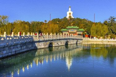 AS07WPE0490 Yongan Bridge, White Stupa, Dagoba Gate, Jade Flower Island, Beijing, China. Beihai Park created 1000 AD. Stupa built in 1600's.