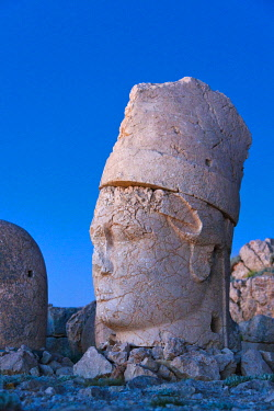 AS37KSU0152 Statue of head at sunrise on the eastside of the mountain, Mt. Nemrut, Turkey