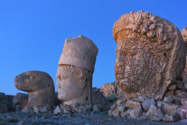 AS37KSU0313 Statue of head at sunrise on the eastside of the mountain, Mt. Nemrut, Turkey