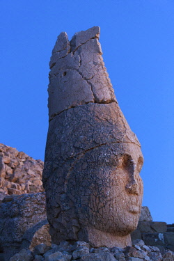 AS37KSU0314 Statue of head at sunrise on the eastside of the mountain, Mt. Nemrut, Turkey