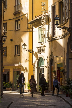 ITA13951 Italy, Florence.  Tourists in one of Florence's many small side streets.