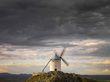 SPA9371AWRF Spain, Castile, La Mancha, Consuegra, Windmills at sunset