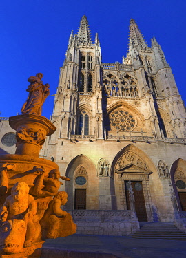 SPA9303AW Spain, Castile and Leon, Burgos, Saint Mary of Burgos cathedral illuminated at night, UNESCO World Heritage site