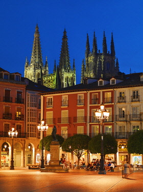 SPA9305AW Spain, Castile and Leon, Burgos, Plaza Mayor square and Saint Mary of Burgos cathedral at night, UNESCO World Heritage site