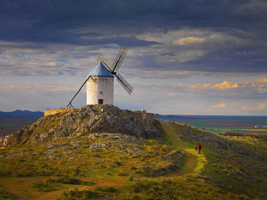 SPA9313AW Spain, Castile, La Mancha, Consuegra, Windmills at sunset