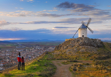 SPA9319AW Spain, Castile, La Mancha, Consuegra, Windmills at sunset (MR)