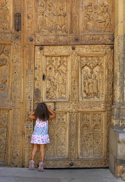 SPA9323AW Spain, Castile and Leon, Leon, Santa Maria de Leon Cathedral, girl looking through keyhole (MR)