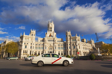 SPA9332AW Spain, Madrid, taxi driving past Plaza de Cibeles with fountain and town hall building behind