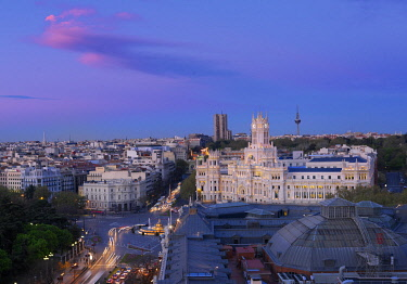 SPA9334AW Spain, Madrid, Overview of Plaza de Cibeles and town hall at dusk