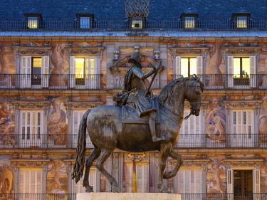 SPA9341AW Spain, Madrid, equestrian statue of Philip III or Felipe III at night