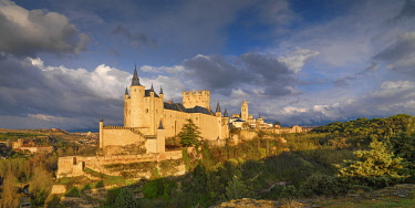 SPA9355AW Spain, Castile and Leon, Segovia. The Alcazar and cathedral at sunset