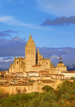 SPA9358AW Spain, Castile and Leon, Segovia, cathedral at sunset