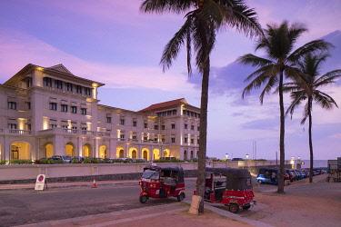SRI2328AW Tuk tuks parked outside Galle Face Hotel at sunset, Colombo, Sri Lanka